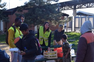 Refugee Aid Serbia volunteers handing out food to the refugees